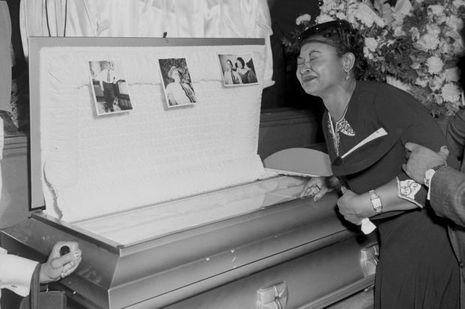 Le cercueil d'Emmett Till, devant les yeux de sa mère