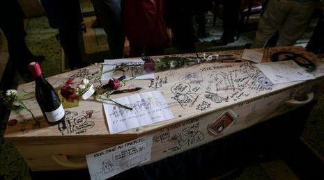 Le cercueil de Siné couvert de dessins