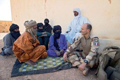 Le colonel Jean-Marc Giraud, chef de corps du 3E RIMa, en discussion avec le chef du village de Takelout.