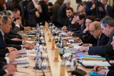 Sergei Lavrov à g. face à Jean-Yves Le Drian pour une rencontre musclée à Moscou le 27 février 2018