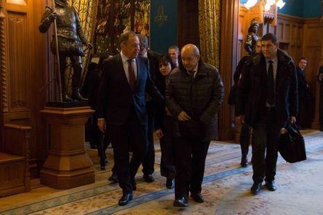 """Sergei Lavrov et Jean-Yves Le Drian après leur déjeuner au Palais """"Osobniak"""" à Moscou, l'hôtel particulier de style néo-gothique où le ministre russe reçoit ses hôtes"""
