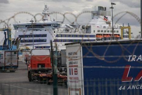 Le ferry qui les fait rêver est sécurisé avec des barbelés.
