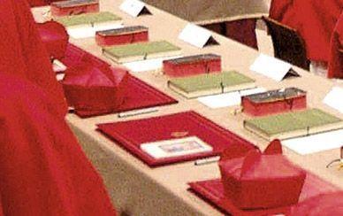 Le kit des cardinaux Chaque électeur dispose d'un sous-main en box rouge aux armoiries du Vatican, d'un livre de prières (tranche rouge), du...