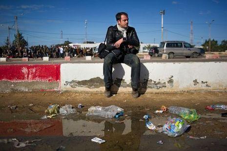 Le photographe Rémi Ochlik, assassiné en Syrie. Ici, à la frontière tunisienne, non loin de réfugiés libyens.