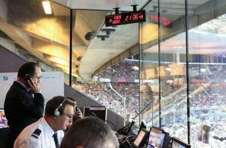 Le président Hollande au PC sécurité du Stade de France juste après la première explosion.