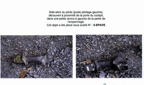 Le side stick du pilote découvert à proximité de la porte du cockpit
