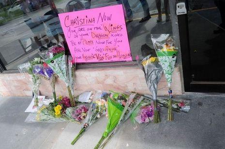 Les fans ont déposé des fleurs en hommage à la chanteuse
