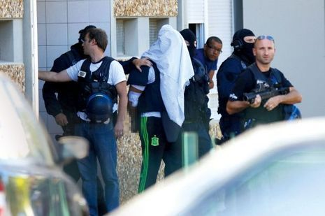 Les policiers de la BRI ramènent Yassin Salhi à son appartement de Saint-Priest