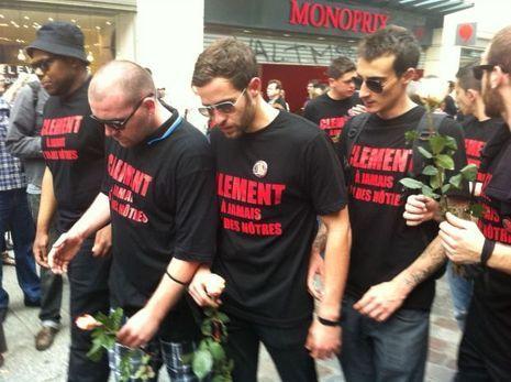 """Les proches de Clement Méric, en larmes, portant les signes du """"groupe d'action anti fasciste"""" viennent déposer des fleurs sur le lieu où il a été tabassé, au 65 rue Caumartin."""
