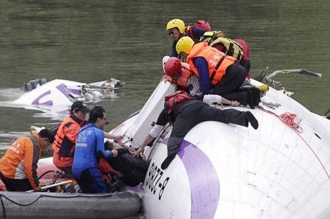 Les secours viennent en aide aux passagers