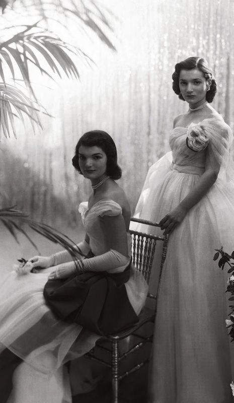 Les soeurs Bouvier, Jacqueline (assise), 21 ans, et Lee, 18 ans, font partie des plus jolies flles des Hamptons.