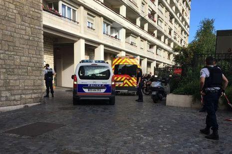 Sur les lieux où les militaires ont été renversés par une voiture, à Levallois-Perret, mercredi matin.