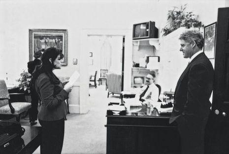 En novembre 1995, Monica, 22 ans, et le président Clinton à la Maison-Blanche, où la stagiaire est en poste depuis quatre mois. Leur relation commence tout juste.