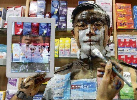 Aidé de l'iPad, un assistant peint le visage de Liu. Découvrez tout le processus de la disparition de l'artiste dans la vidéo ci-dessous.