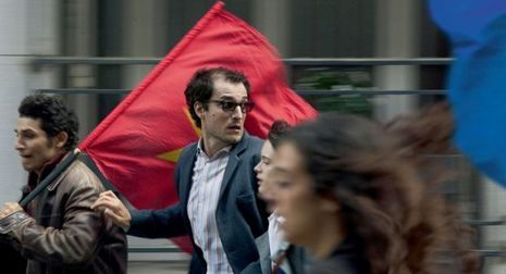 Louis Garrel est Godard brandissant le drapeau rouge de la Chine révolutionnaire.