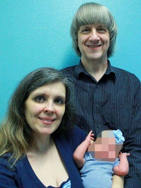 Louise et David Turpin et l'un de leurs enfants.