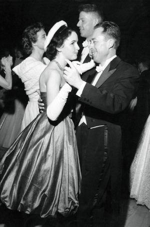 """: Le bal clôturant la grand fête des Prix Nobel à Stockholm : Albert Camus dansant avec une étudiante suédoise en robe """"zouave"""" et casquette blanche."""