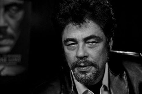 Benicio del Toro encore dans la peau de Pablo Escobar photographié par Nikos Aliagas. .