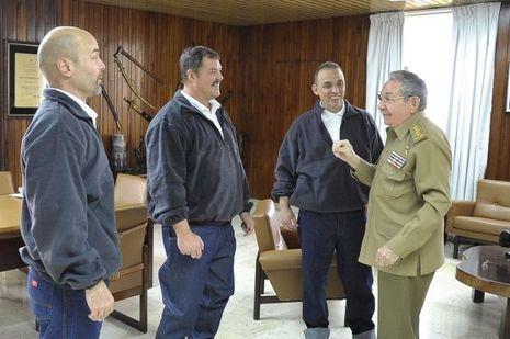 Raul Castro reçoit les espions cubains arrêtés à Miami en2001 et libérés en échange d'un agent américain prisonnier à Cuba depuis vingtans.