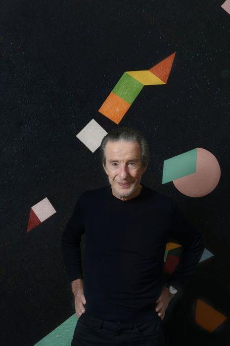 Jean-Louis Servan Schreiber, chez lui, à Paris devant un tableau japonais.