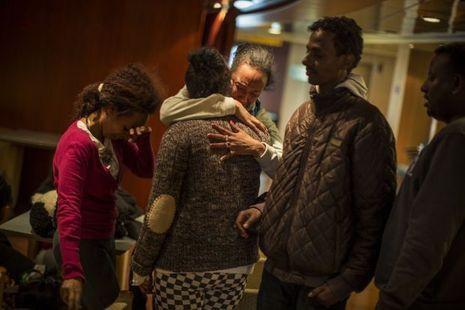 A bord du ferry, Nebu (à g.) et Rahwa (de dos) retrouvent Beitiel, 30 ans, qui était très proche de Selam, l'une des victimes du naufrage. A dr., Efrem.