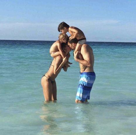 Gisele et Tom avec leurs enfants : Benjamin, 5 ans et demi, et Vivian, 2 ans et demi, le 3 août 2015, jour des 38 ans de Tom. Depuis, les baisers auraient un goût amer.