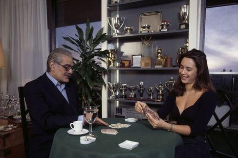 En France, en novembre 1991, Omar SHARIF, acteur, jouant aux cartes avec sa petite-fille Marine SHARIF