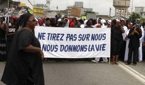 """Manifestation de femmes à Abidjan 'Ne tirez pas sur nous nous donnons la vie"""""""
