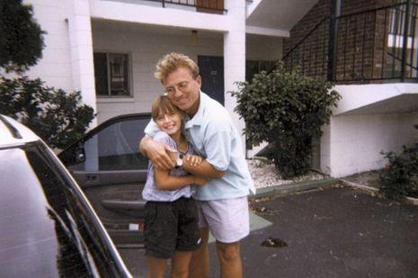 Maria, 7 ans, avec son père, Yuri, peu après leur arrivée de Russie en Floride, en 1994. Pour payer des cours à sa fille, Yuri fait la plonge dans un restaurant.