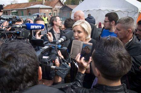 Marine Le Pen mercredi devant l'usine Whirlpool d'Amiens.