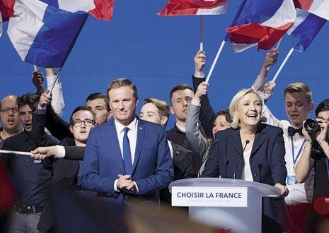 Au côté de Nicolas Dupont-Aignan, son nouveau soutien, lors d'un meeting à Villepinte, le 1ermai.