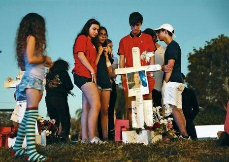 Un mémorial improvisé par les étudiants en l'honneur d'un camarade de 17ans, devant le lycée Marjory-StonemanDouglas, le 18 février.