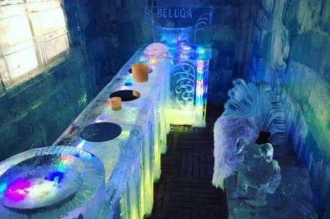 Même à Val d'Isère, ce Bar de glace éphémère fait baisser la température et monter celle de l'ambiance.