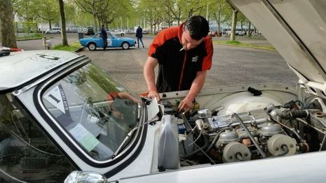 Mike aura tout tenté pour sauver notre Triumph. Trop tard, nous devons abandonner la course et rapatrier la voiture à Paris.