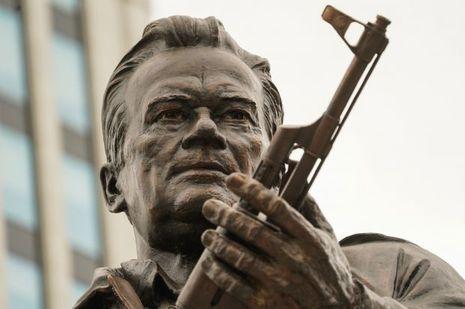 La statue rendant hommage à Mikhail Kalachnikov, à Moscou.