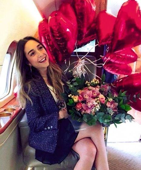 Dans l'avion, Mina est au comble du bonheur.