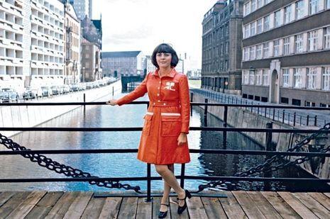 Mireille Mathieu en Courrèges lors d'une tournée en RDA en 1972.
