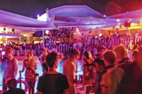 Le Cavo Paradiso, le club le plus réputé de Mykonos, avec piscine et vue sur la mer. Ce 19 juillet, l'établissement fête ses 20 ans, et l'alcool coule à flots.