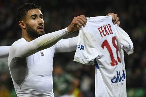Nabil Fekir lors du derby contre Saint-Etienne dimanche, brandissant son maillot face aux supporters adverses.