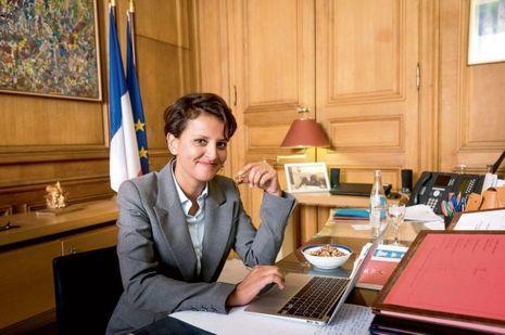 Dans son bureau, en août 2015. Alors ministre de l'Education, Najat Vallaud-Belkacem porte la réforme scolaire. Et devient la cible favorite de l'opposition.