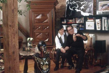 Claude et sa compagne Hélène, dans le salon de leur appartement à Toulouse.