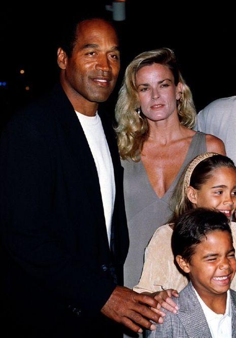O.J. Simpson avec sa femme et ses enfants à l'époque du bonheur.