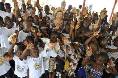 Dominique Ouattara entourée d'enfants.
