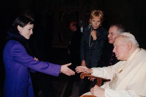 Dolores O'Riordan et le pape Jean-Paul II au Vatican en décembre 2001.