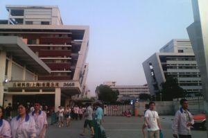 Devant l'usine Pegatron Technology de Shanghai.