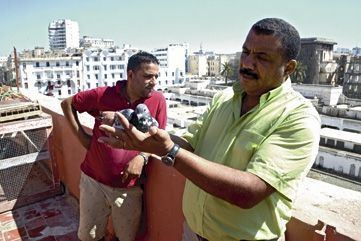 Zoubeïr Khaimimi (en rouge), propriétaire de l'hôtel, a installé son colombier sur la terrasse. A ses côtés, Abdelaziz Ouadidan Idrissa, président de la Ligue du Grand Casablanca de pigeons de course.