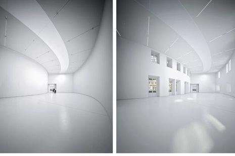 En images de synthèse, la salle d'exposition en double hauteur, sous un éclairage zénithal. Les fenêtres intérieures peuvent être ouvertes ou occultées.