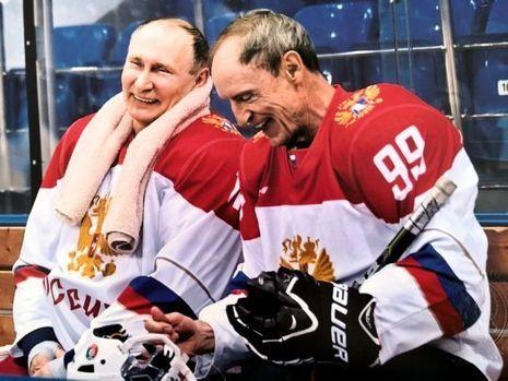 Avec son partenaire de hockey sur glace, Vladimir Poutine, en avril 2017 à Sotchi.