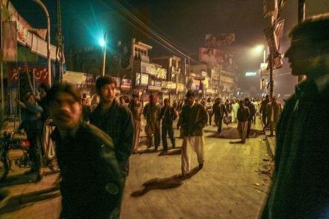 27 décembre 2007 à Rawalpindi. A l'annonce de la mort de Benazir Bhutto, la foule, photographiée par Sarah Caron, envahit les rues…