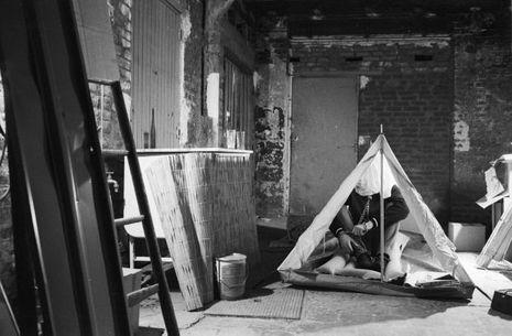 31 mars 1978, Paris Match a reconstitué les conditions de détention du Baron Edouard-Jean Empain, libéré le 26 mars 1978 après 63 jours de captivité. Dans la cave d'un pavillon, le Baron a vécu accroupi dans une tente, enchainé et coiffé d'une cagoule.